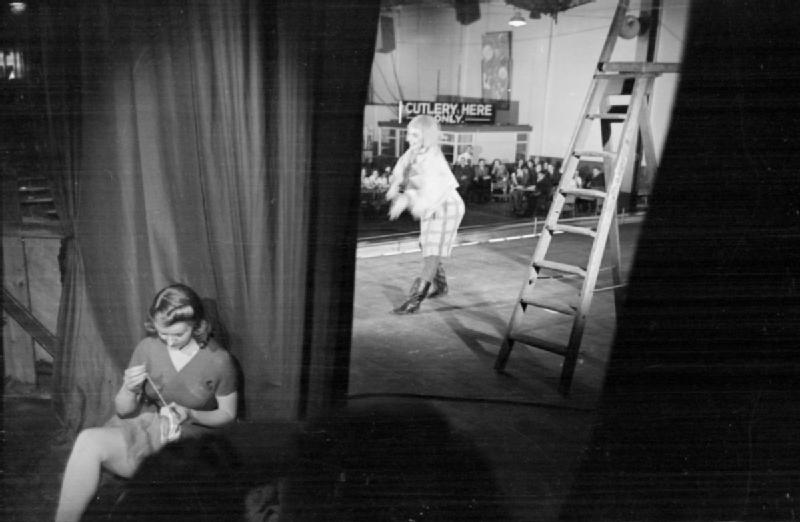 content/images/img-19-20/programme/chapitre-6/Ballet_Goes_To_the_Factory-_Dance_and_Entertainment_Organised_by_the_Council_For_the_Encouragement_of_Music_and_the_Arts,_England,_1943_D14048.jpg